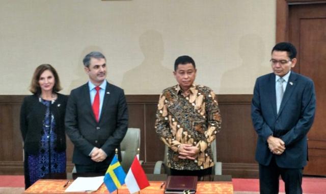 Menteri ESDM, Ignasius Jonan, bersama dengan Ibrahim Baylan selaku Menteri Koordinator Kebijakan dan Energi Swedia menandatangani nota kesepahaman bersama (MoU)