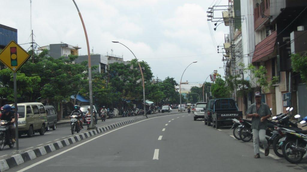 Jalan Praban di Surabaya. Berbeda dengan jalan raya di Indonesia pada umumnya, di Jalan Praban kita melintas di jalur kanan | Foto oleh Heru Waluyo CC BY-NC-ND 3.0
