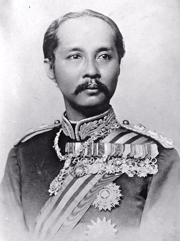 Raja Chulalongkorn (Rama V) dari Siam. Pada tahun 1871, beliau menghibahkan patung gajah untuk Museum Koningsplein West sebagai tanda persahabatan antara kedua negara © Bain News Service, publisher [Domain Publik] (via Wikimedia Commons)