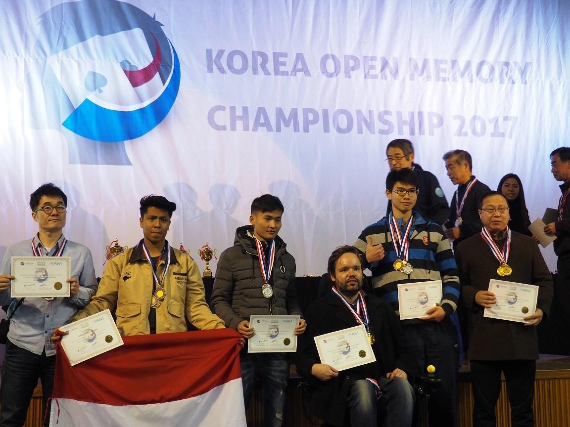Fakhri (memegang bendera Indonesia). Ia merupakan atlet penyumbang medal terbanyak untuk Indonesia