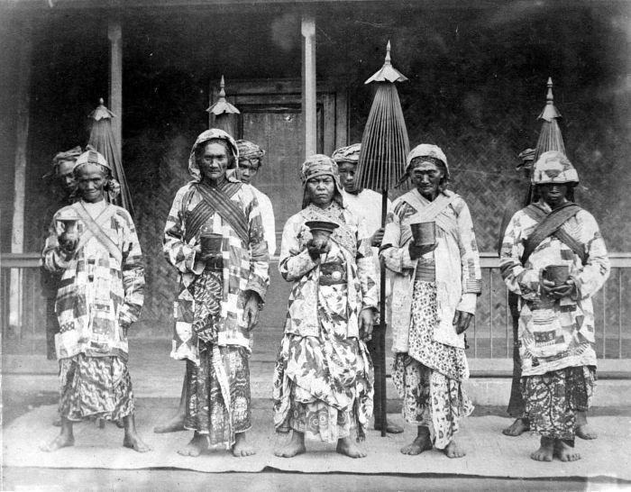 Para Pendeta (Dukun) Tengger pada abad ke-19 © Tropenmuseum/CC BY-SA 3.0 (via Wikimedia Commons)