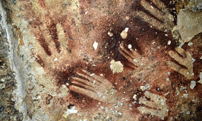 Lukisan gua berupa telapak tangan yang ditemukan di Sulawesi Selatan ©