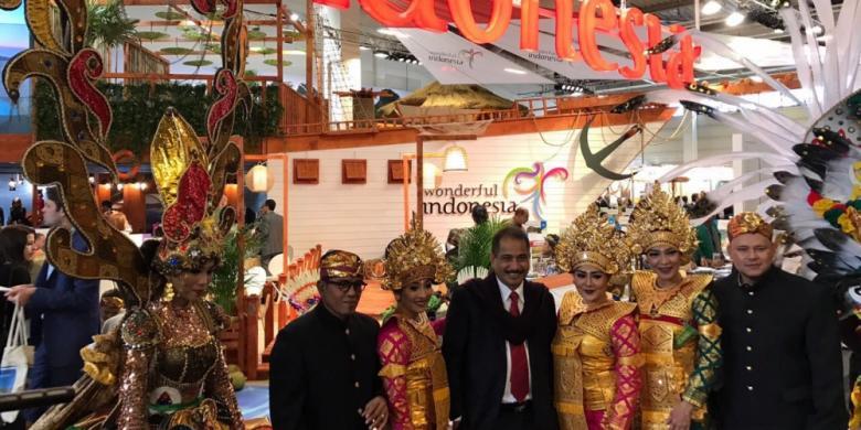 """Menteri Pariwisata Indonesia Arief Yahya (ketiga dari kiri). Menteri Arief optimis gelar """"The Best Exhibitor"""" mampu menjadi modal bagi pariwisata Indonesia untuk bersaing di kancah global © Biro Komunikasi Publik Kemenpar (via Kompas)"""