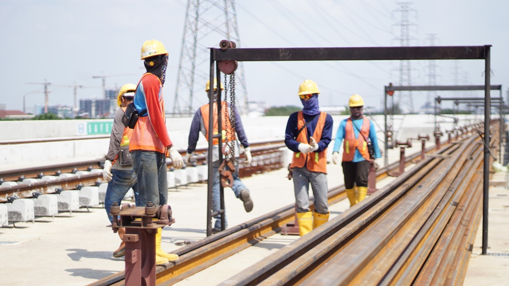 Para pekerja LRT Jakarta bekerja siang tanpa libur untuk mewujudkan LRT Jakarta. Foto oleh: Nina Nurlina
