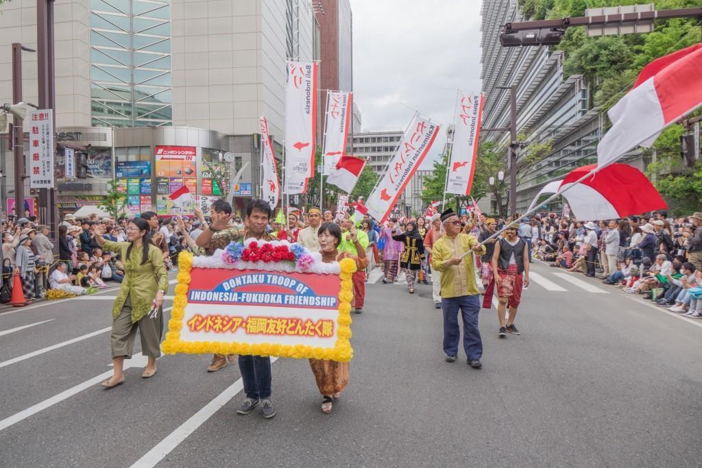 Warga Indonesia di Fukuoka berparade di Hakata Dontaku mengenakan pakaian daerah.