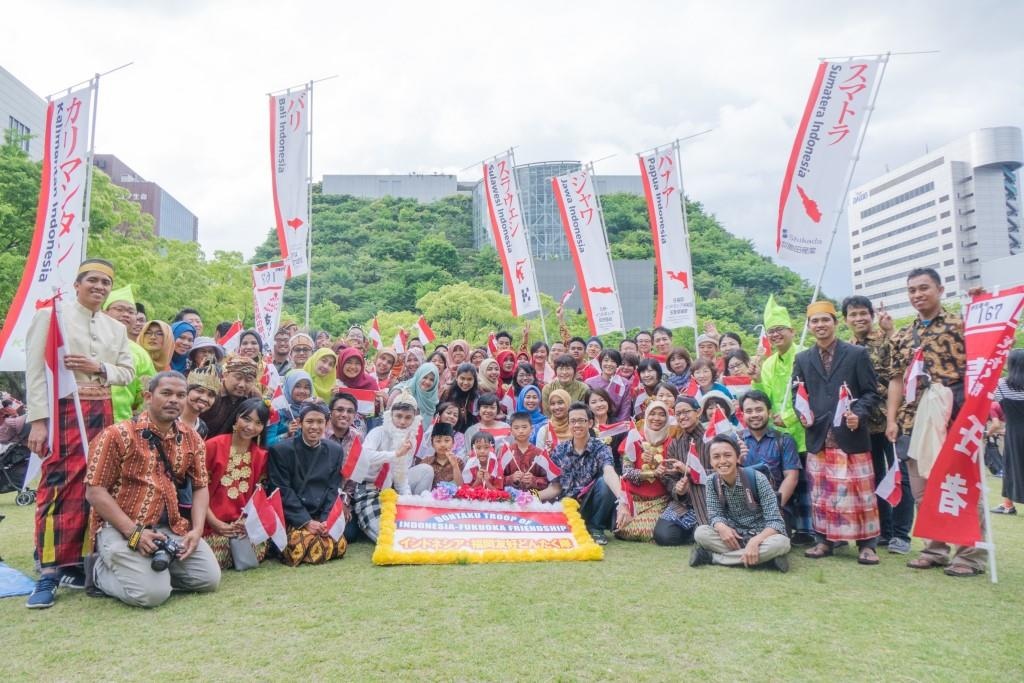 Pelajar dan warga Indonesia di Fukuoka, beserta warga Jepang yang turut berparade atas nama Indonesia