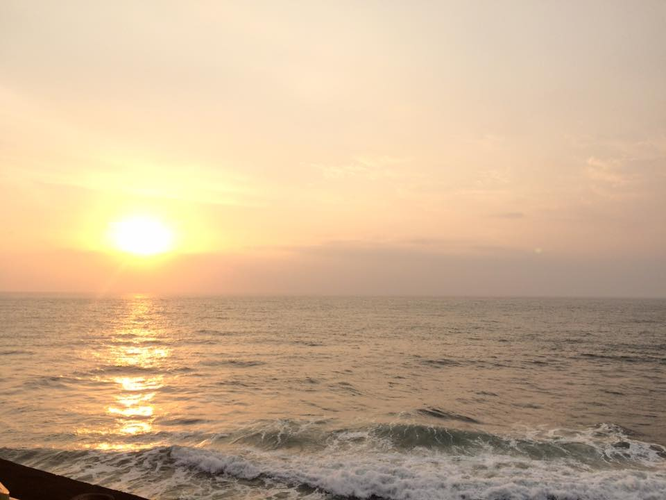 Matahari tenggelam di pinggir pantai Senggigi