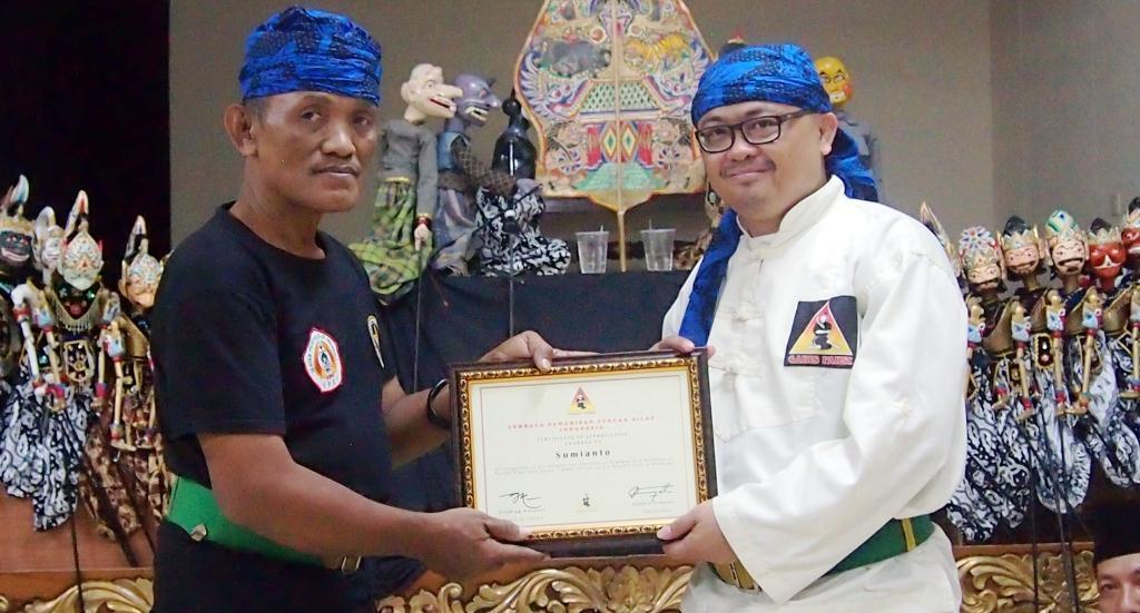 Sumianto (kiri) menerima penghargaan sebagai pemateri dalam workshop silat (Dok Garis Paksi/Shihab).