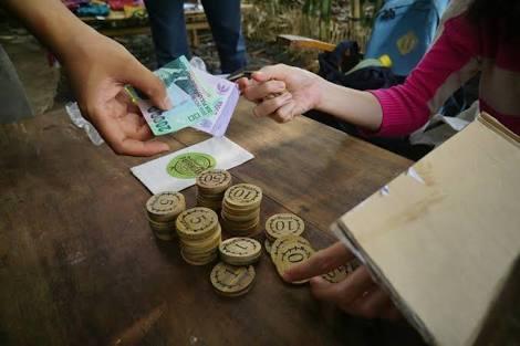 Penukaran uang rupiah menjadi uang koin pring.