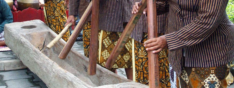 gejog lesung merupakan permainan musik tradisional yang menggunakan alat pertanian (foto: kidnesia.com)