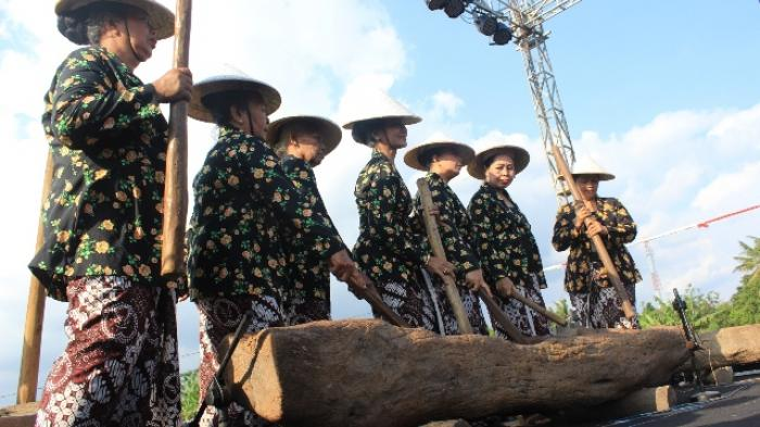 gejog lesung merupakan permainan musik tradisional yang menggunakan alat pertanian (foto: tribunnews.com)