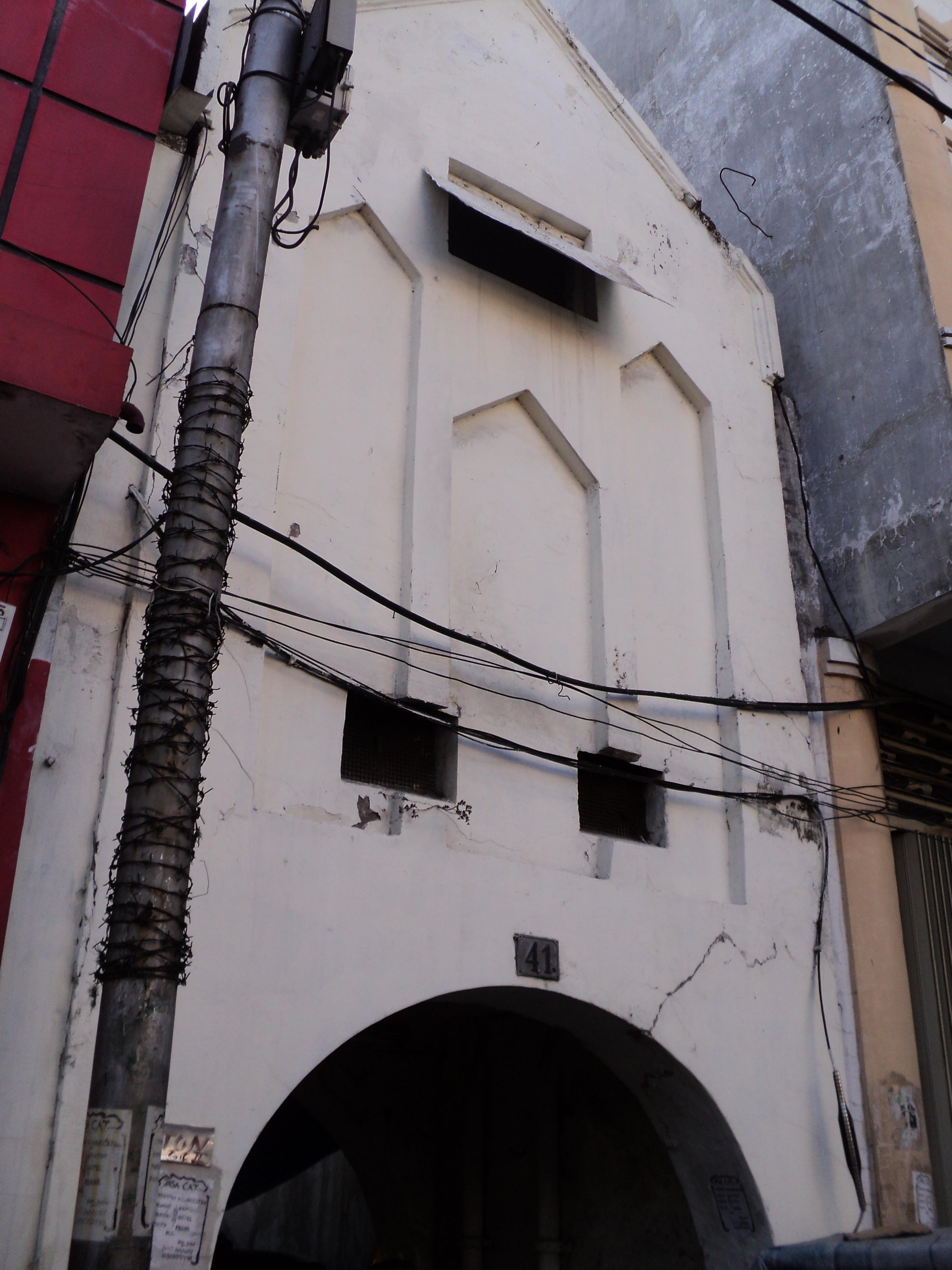 tampak depan dari sebuah bangunan yang diyakini merupakan gerbang Keraton Surabaya. Secara fisik bangunan ini tampak seperti benteng Keraton Yogyakarta, namun secara material serupa dengan bangunan Belanda. (sumber foto: pesonacagarbudayasurabaya.wordpress.com)