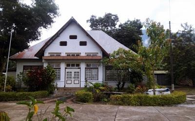 bangunan kerajaan larantuka (foto: springocean83.wordpress.com)