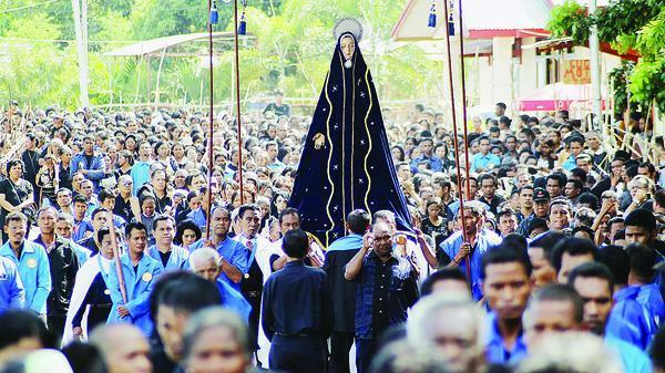 salah satu perayaan di kerajaan larantuka (foto: maryantosilvester.blogspot.com)