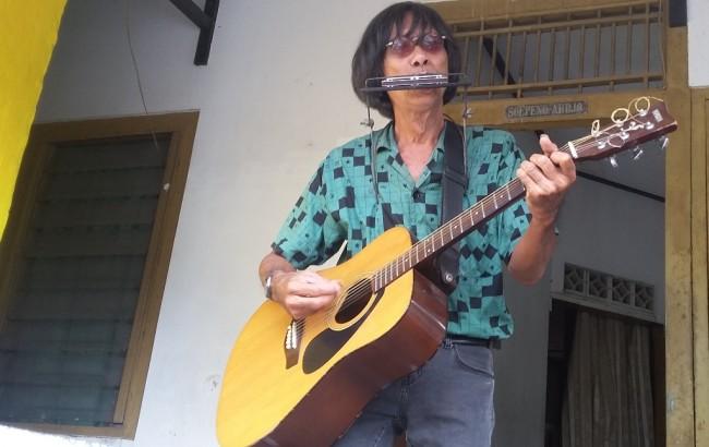 Selain kepiawaiannya bermain musik, penampilan adalah komponen utama yang penting. Ia selalu ingin memuaskan pendengar dengan penampilannya, agar tak cuma enak didengar namun juga enak dipandang. (Foto: www.metrotvnews.com)