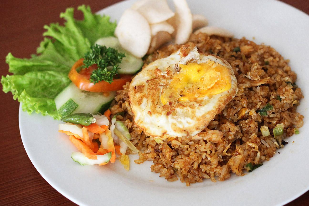 di Indonesia, saat ini nasi goreng dibuat dengan berbagai varian rasa (foto: sejutafakta.com)