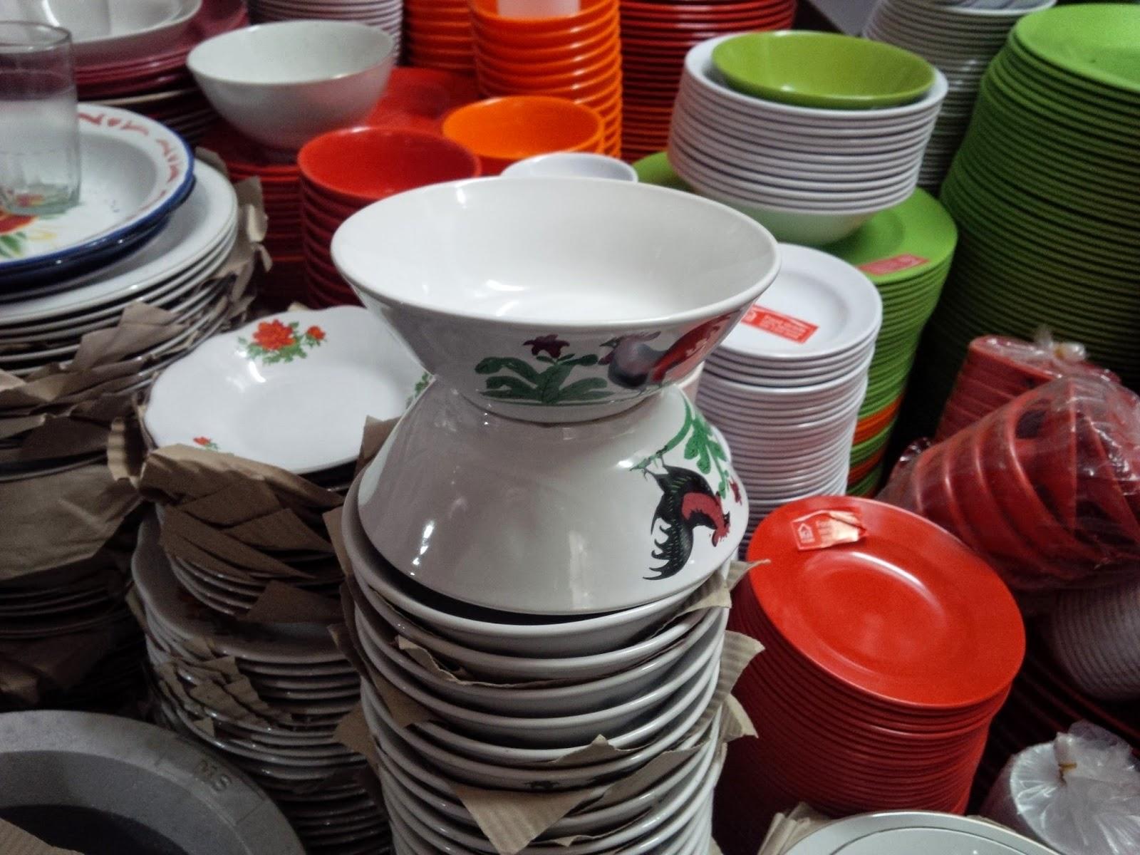 meski asal mulanya dari China, namun mangkuk ini telah diproduksi secara massal dengan kualitas yang berbeda tentunya, tetapi tetap mempertahankan motif gambar ayam tersebut (foto: www.harianindo.com)