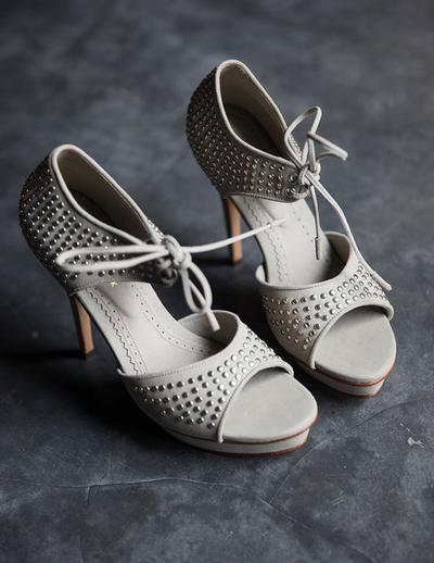 Sepatu buatan Niluh menyajikan detail yang unik