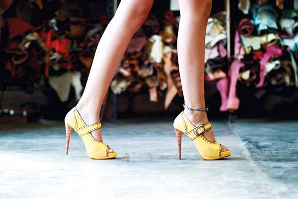 Sepatu label Niluh Djelantik identik dengan hak tinggi