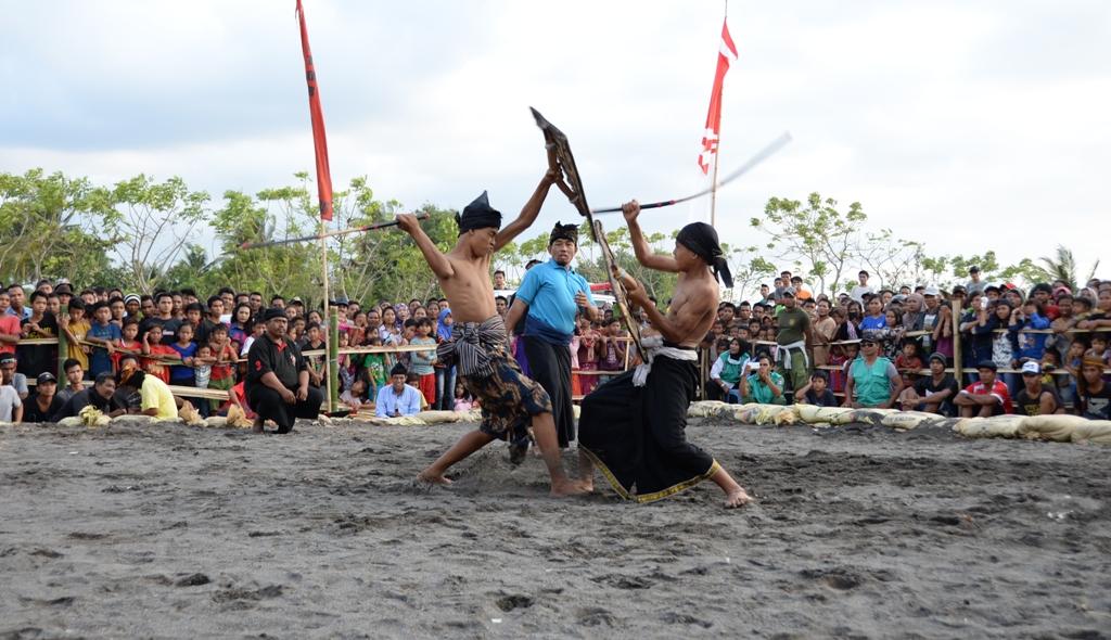 para pepadu bertarung ditengah-tengah ratusan penonton (lombokbaratkab.go.id)