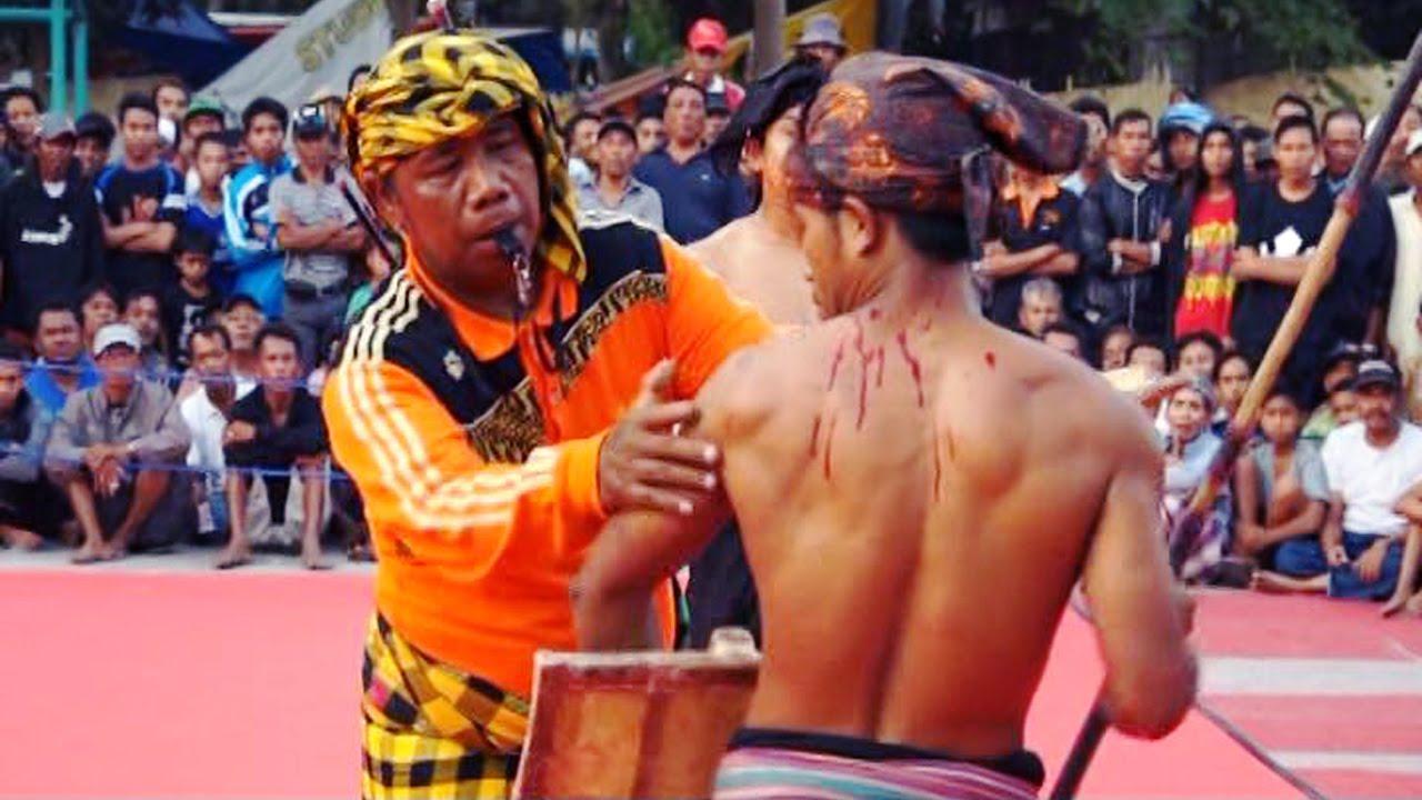 pepadu yang terkena sabetan rotan di kepalanya hingga berdarah dianggap kalah (youtube.com)