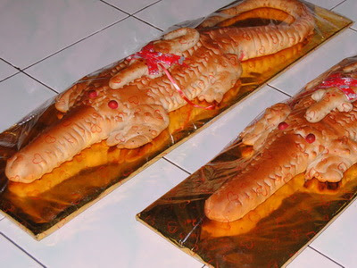 roti buaya dibuat dengan bentuk sepasang, buaya lebih besar berada di bawah buaya kecil. ini merupakan representasi perlindungan lelaki pada pasangannya (foto: budaya-indonesia.org)
