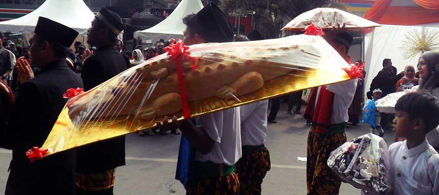 roti buaya yang dibawa oleh mempelai pria memiliki ukuran yang beragam, tergantung dari selera masing-masing (foto: majalah.weddingavenue.com)
