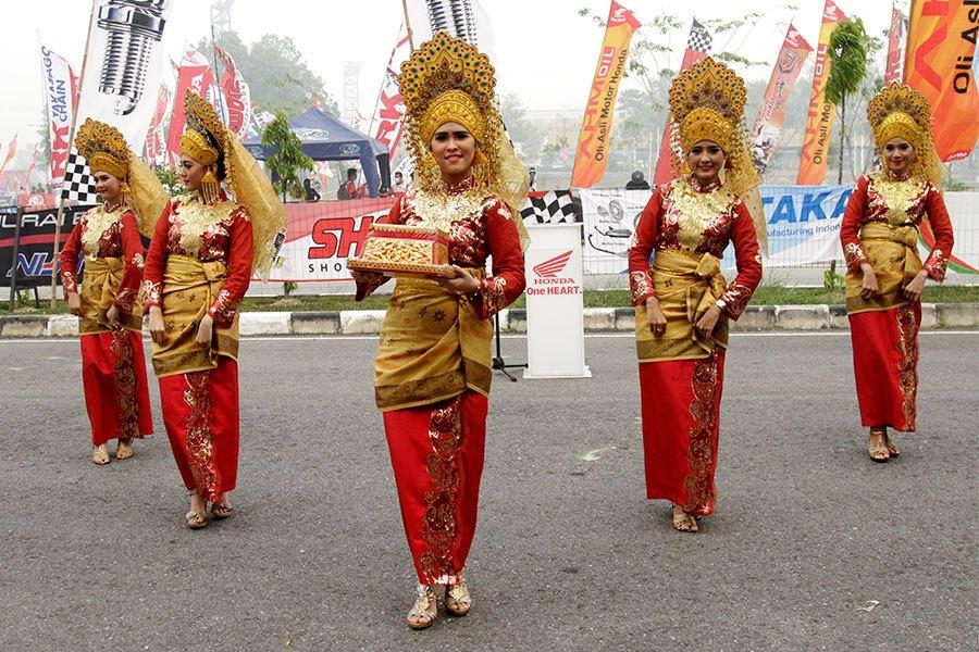 Tari Sekapur Sirih merupakan tarian selamat datang kepada tamu-tamu besar di Provinsi Jambi dan Riau (foto: dapurpacu.com)