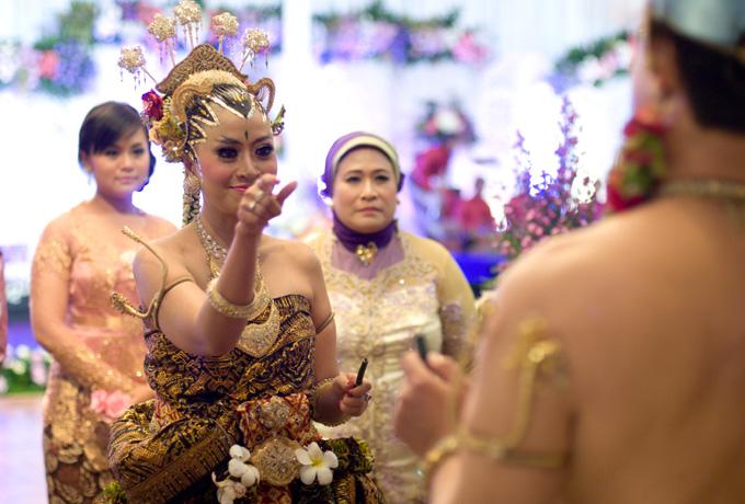 Balangan gantal dalam prosesi upacara panggih dalam pernikahan adat jawa (foto: www.weddingku.com)