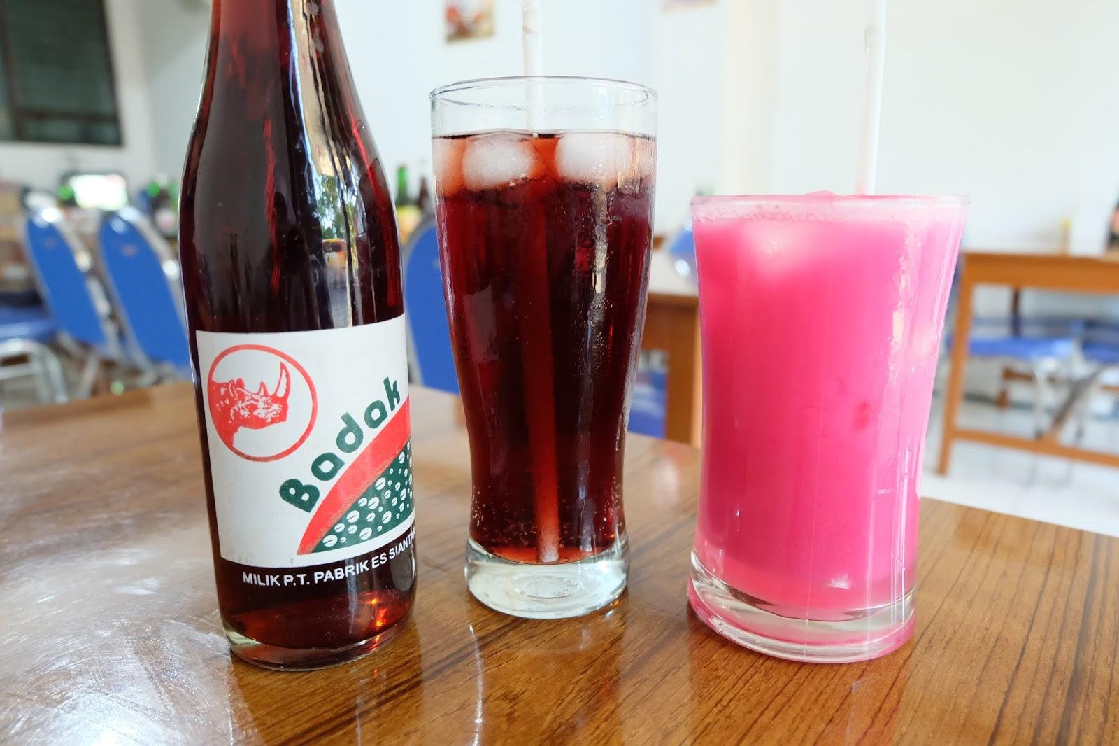 minuman soda cap badak terasa nikmat bila ditambah dengan es batu atau dengan susu dan sirup (foto: syafiradp.blogspot.co.id)