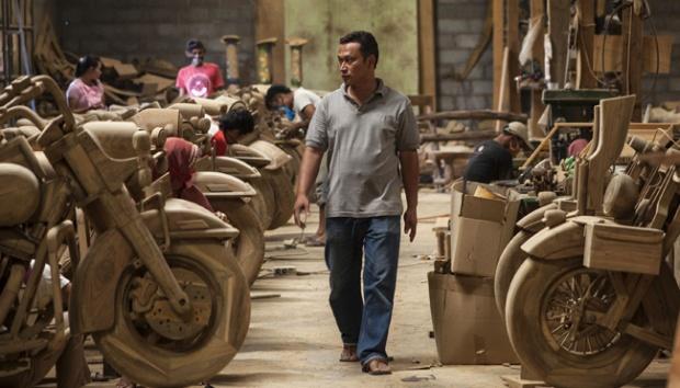 Eko sedang memantau pekerjaan karyawannya. (sumber foto: antara news / Maulana Surya Tri Utama)