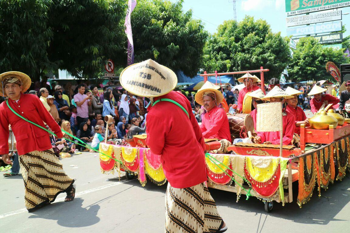 Tak hanya peragaan busana, permainan gamelan juga dibawa turun ke jalan.