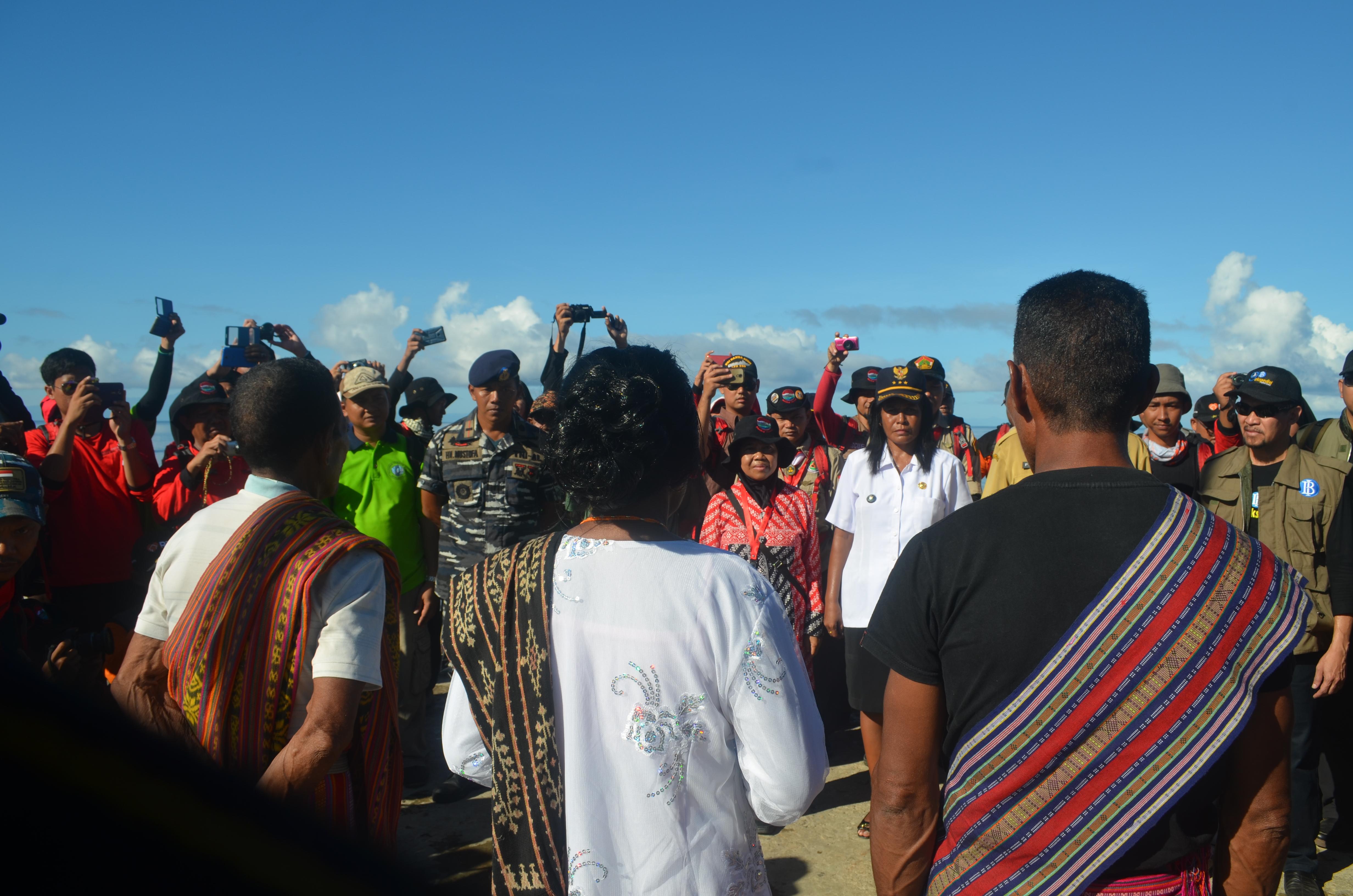 Penyambutan rombongan Ekspedisi Bhakti PMK 2016 oleh warga dan camat Ilwaki Pulau Wetar Maluku Barat Daya.