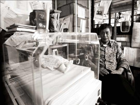 Pak Raldi bersama karya inkubatornya. www.inkubator-gratis.org
