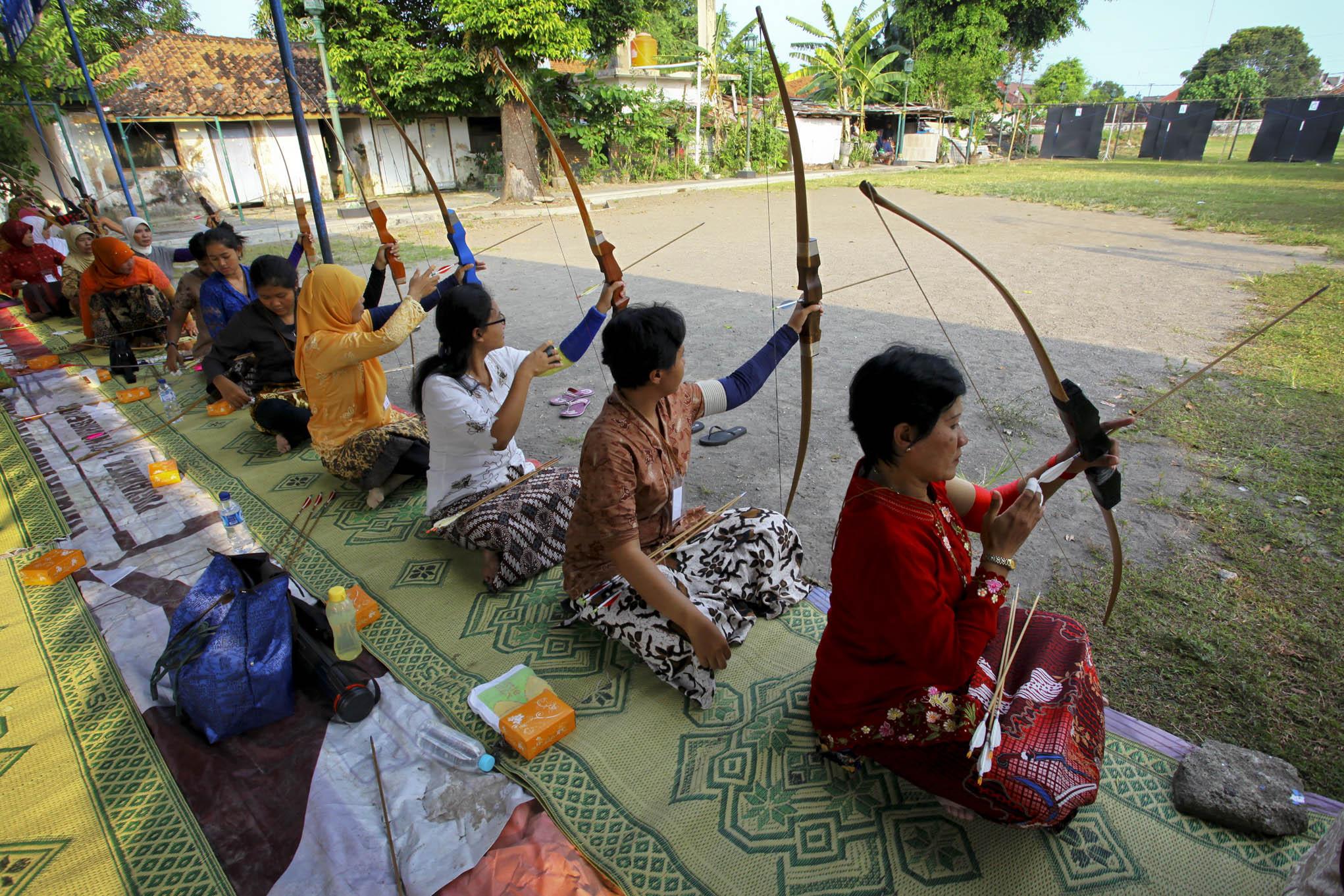 Para peserta mengenakan pakaian adat tradisional dalam melakukan Panahan Jemparingan dengan posisi duduk. wego.co.id
