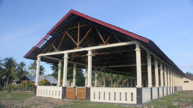 Gedung kesenian yang dibangun oleh para tahanan politik di Pulau Buru yang sudah direnovasi www.bbc.com