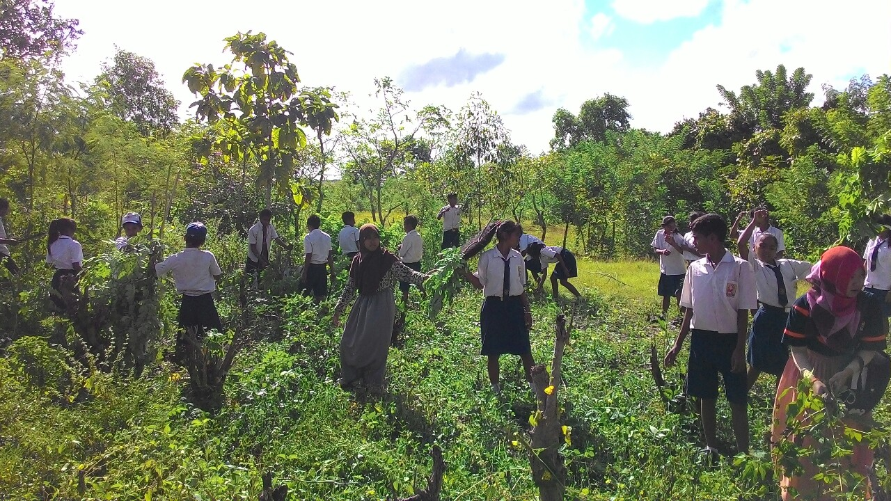 Kegiatan gotong royong antar siswa untuk membangun lapangan lompat jauh