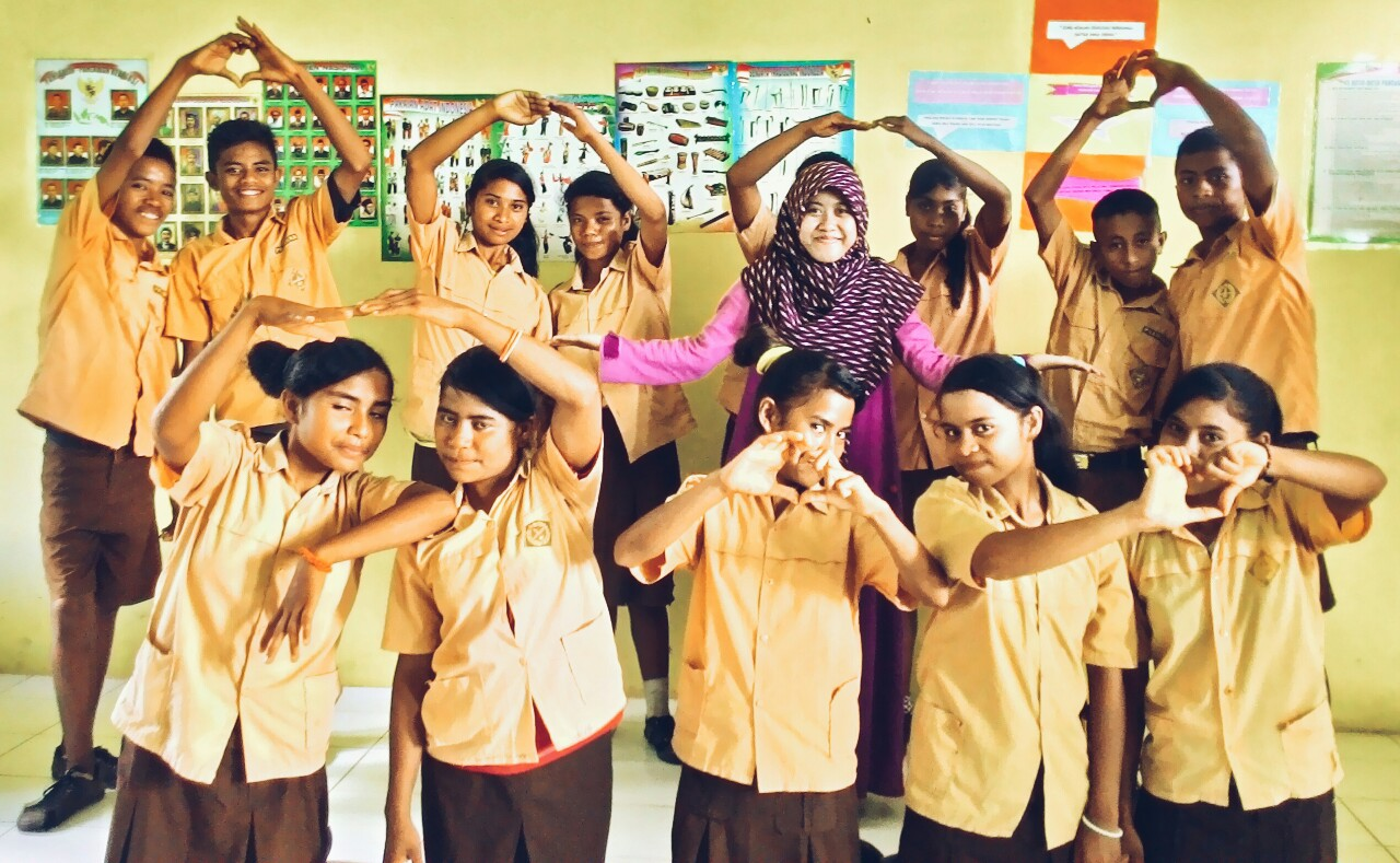 Rizka bersama anak-anak Sumba Timur SMP N Satap Walatungga