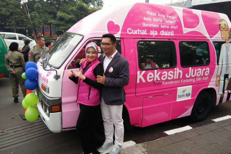 Wali Kota Bandung Ridwan Kamil bersama istrinya Atalia Praratya saat meresmikan mobil Konseling Silih Asih (Kekasih) di Taman Cikapayang, Kamis (28/9/2017)(KOMPAS.com/DENDI RAMDHANI)