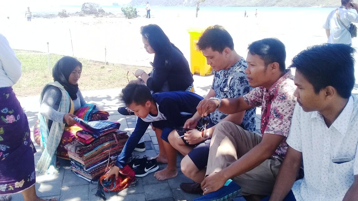 Pelaku UMKM di Mandalika menjajakan dagangannya kepada wisatawan di Pantai Kuta Mandalika, KEK Mandalika, Lombok Tengah, NTB. Foto: Dok. Panca Nugraha