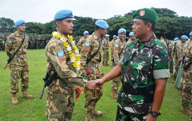 Danrem 162/WB Kolonel Inf Farid Makruf menyampaikan apresiasi pada anggota Satgas Konga UNIFIL 2017. Foto: Dok. Penrem 162/Wira Bhakti