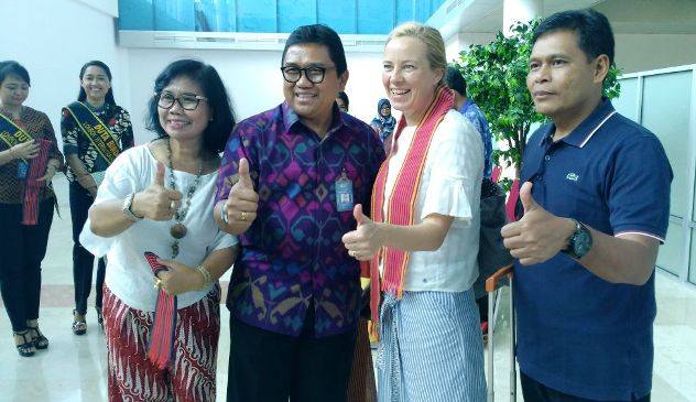 GM LIA Ngurah Ardita dan Kadispar NTB Lalu Moh Faozal berfoto bersama wisatawan yang tiba di LIA. Foto: KATAKNEWS