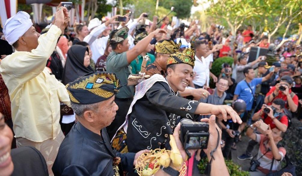 Bupati Lombok Barat, Fauzan Khalid melempar ketupat membuka event Perang Topat di Lombok Barat. (Foto: Kataknews.com)