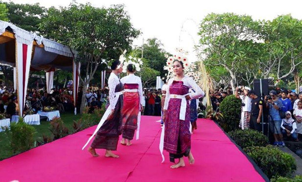 Tari-tarian khas Lombok meramaikan event Perang Topat di Lombok Barat. (Foto: Kataknews.com)
