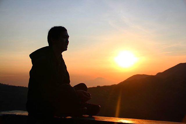 Matahari terbit dari dataran tinggi Dieng.