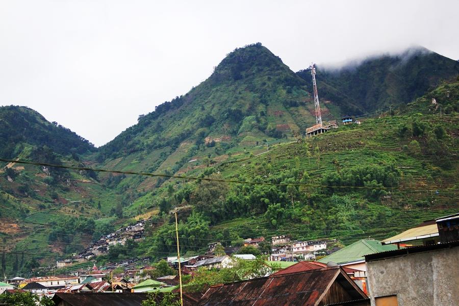 Pegunungan dan ladang di Dieng.