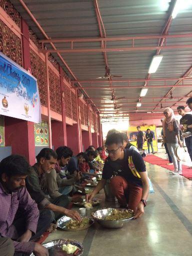 Momen saat PPI Hyderabad berbagi makanan dengan warga lokal (Foto: PPI Dunia)