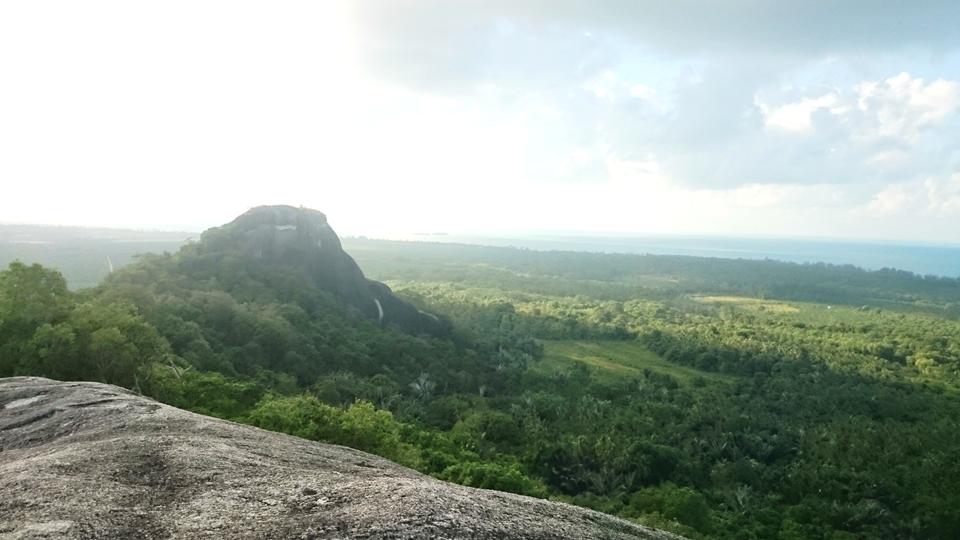 Pemandangan dari puncak Bukit Baginda, Padang Kandis, Pulau Belitung