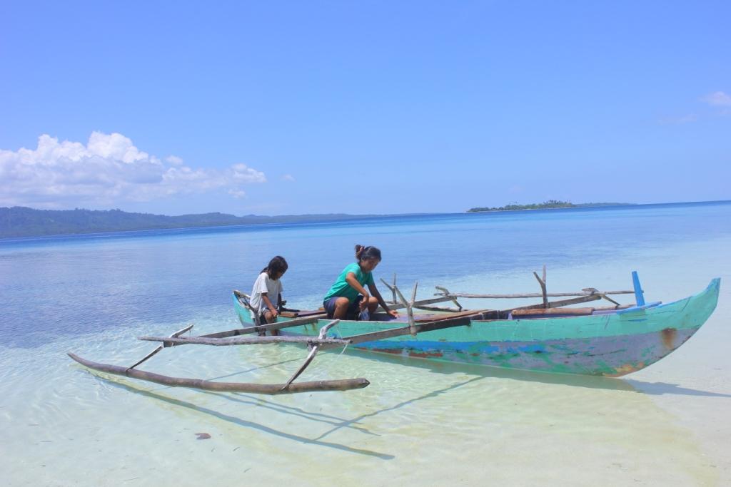 Pulau Ngele-ngele Besar merupakan salah satu pulau yang berada di wilayah Morotai. Ngele-ngele memiliki kekayaan alam yang indah dan memanjakan, cocok untuk berwisata. walau pulau ini belum memiliki fasilitas wisata yang lengkap, tapi para penduduk ramah terhadap pengunjung. foto menunjukan anak-anak pulau yang sedang bermain dan mencoba mendayung perahu milik keluarga mereka. wisatawan juga boleh ikut/meminjam perahu warga untuk berkeliling pulau.