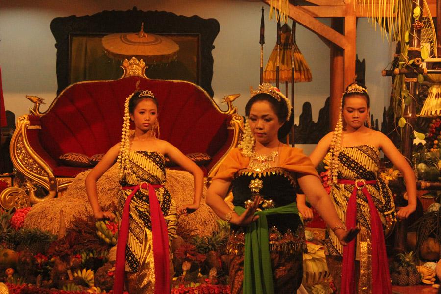 Tari Badaya Pwah Aci merupakan salah satu tarian inti dalam Seren Taun, sebuah perayaan hari besar bagi masyarakat Sunda Wiwitan